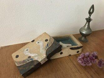 向き合うとりの陶箱の画像