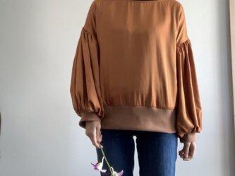 スエード調サテンでボリューム袖のゆったりトレーナー オレンジの画像