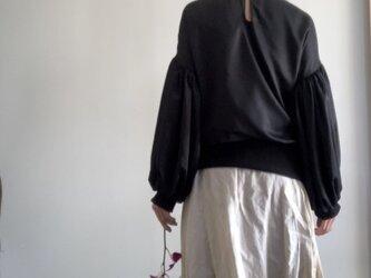スエード調サテンでボリューム袖のゆったりトレーナー 黒の画像