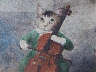 チェロを弾くミケ・グリーンのワンピース/Hの画像