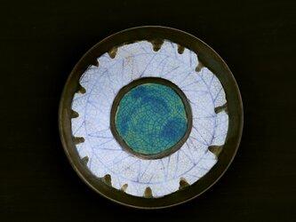 青線紋の白釉とターコイズブルー(貫入)のプレートの画像