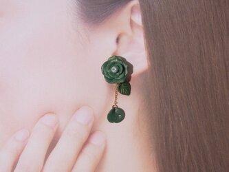 2Weyピアス[送料無料]秋冬色 深緑の薔薇&花びら揺れる イヤリング㊺の画像