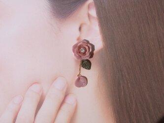 2Weyピアス[送料無料]秋色 くすみピンクの薔薇&花びら揺れる イヤリング㊼の画像