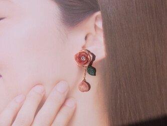 2WEYピアス 秋色 テラコッタの薔薇 花びら揺れる イヤリング アシンメトリー 粘土【送料無料】051の画像
