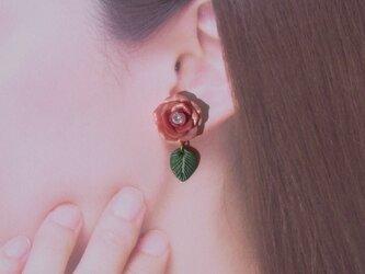 2Weyピアス[送料無料]秋色 テラコッタの薔薇&葉っぱ揺れる イヤリング ポリマークレイ[052]の画像