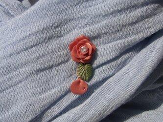 薔薇と花びらのピンバッチ[送料無料]秋色 テラコッタ 2Wey クレイフラワー 1点もの[053]の画像
