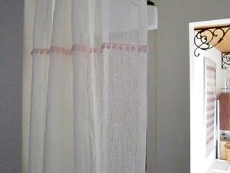 cottonballとスカラップレースのカフェカーテンの画像