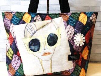 トートバッグ*黄色いサングラスの女性の画像