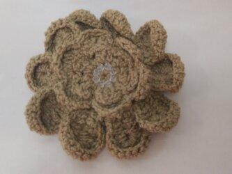 草木染めシルク糸、手編みブローチの画像