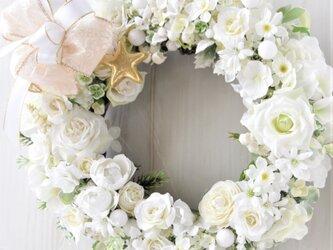35cm真白き冬 花のリース:バラ・水仙・デージー リボンの画像