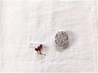 刺繍ブローチ「鳥・ホワイト/グレー」オーバル型の画像