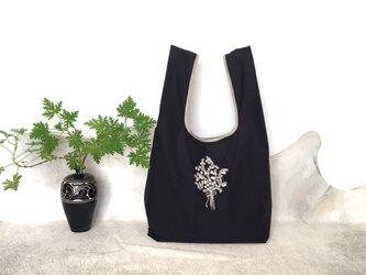 再販×3:【ポケッタブル】アルペンプランツの花束刺しゅう エコバッグ 黒の画像