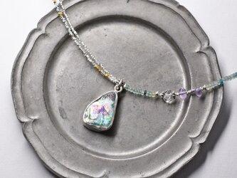 銀化ローマングラスTOPと小さなローマングラスビーズ、煌めくカレンシルバーのネックレスの画像