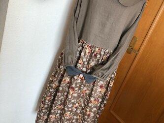 丸襟リネンと薔薇柄Wガーゼのパフ袖ギャザーワンピースの画像