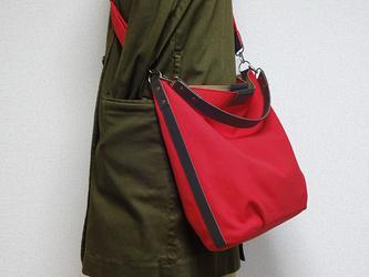 帆布の楕円底ショルダーバッグ(赤)2WAY ハンドル付きの画像