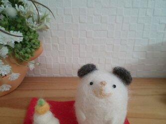 つぶらな瞳のネズミさんと鏡餅 ダークグレー 羊毛フェルト 干支の画像