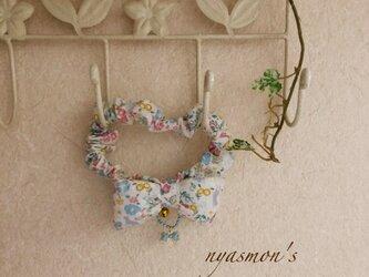ペット用アクセサリーシュシュ型タイプの首輪(小花と猫)の画像