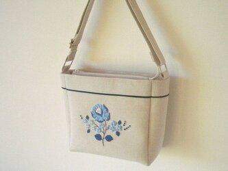 青い花刺繍のショルダーバッグの画像