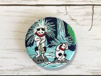 手刺繍浮世絵ブローチ*歌川国利「猫の戯」の滝行猫の画像