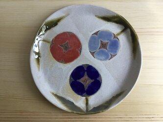 赤い鳥と青い花の中皿の画像