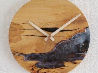 小さな世界が見えるかも? 直径26cm-01 木とレジンの掛け時計No.02 River clockの画像