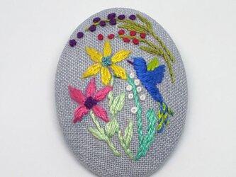 刺繍ブローチ・ことりとお花 (グレー)の画像