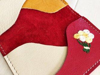 ワンポイント刺繍 カードケース 本革 レッド 刺しゅう バラの花束 名刺入れ パスケースの画像