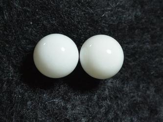 ホワイトオニキスのスタッドピアス(8mm・チタンポスト)の画像