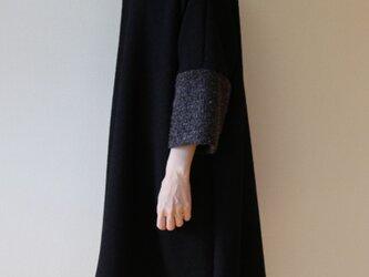 秋冬 異素材ミックスのチュニックワンピース 黒×グレーの画像