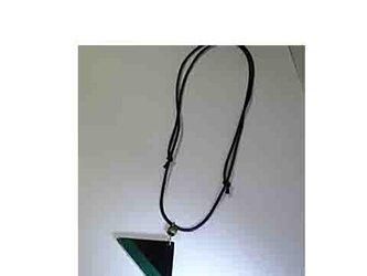 漆塗りの三角ペンダント♪緑色が効いてます!の画像