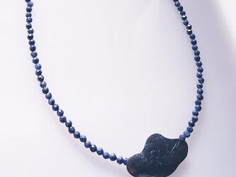古美仕上げシルバートップとブルーサファイアビーズのネックレスの画像
