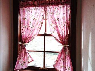 ピンクのバラとドット両開きカフェカーテン(リボン付き)の画像