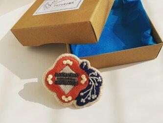 北欧カラーのお花の刺繍ブローチの画像