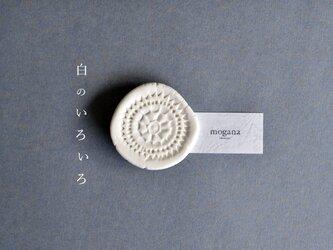"""磁器のブローチ b """"白のいろいろ""""の画像"""