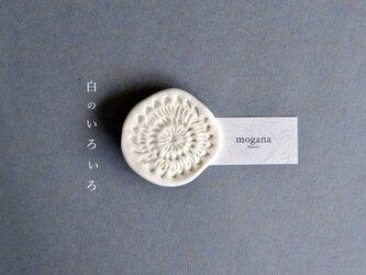 """磁器のブローチ d """"白のいろいろ""""の画像"""