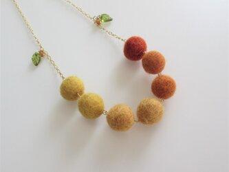 秋色*フェルトボールのセミロングネックレス(受注制作)の画像