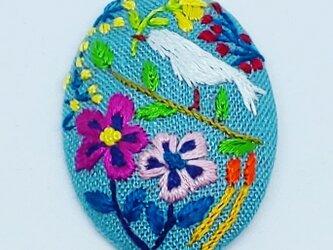 刺繍ブローチ・ことりとお花(リネンブルーの画像