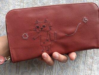 刺繍革財布『靴を履いたネコとネズミ』薄紅色(ヤギ革)ラウンドファスナー型の画像