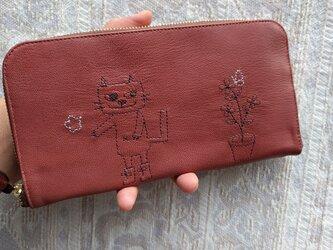 刺繍革財布『靴を履いたネコと植木鉢』薄紅色(ヤギ革)ラウンドファスナー型の画像