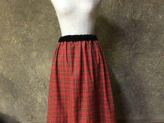 赤タータンチェックのスカートの画像