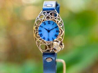 水泡立つ池をのぞく蛙腕時計Sパステルブルーの画像
