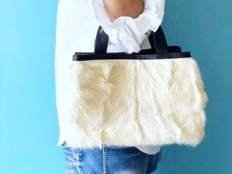 プリモ ハンドバッグ ラビット ファー ホワイト & 本革 ブラックの画像