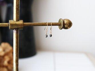 【K18】ブラックダイヤモンドの一粒ピアス(ブリオレットカット)の画像