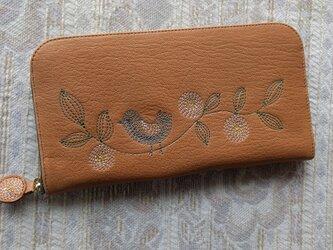 刺繍革財布『幸せの青い鳥』ソフトヤギ革(ラウンドファスナー型)ナチュラルオークル×カーキの画像