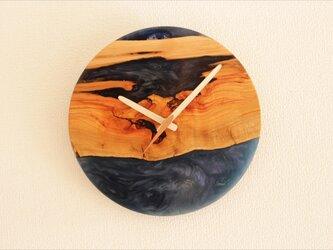 小さな世界が見えるかも? 直径26cm-08 木とレジンの掛け時計 River clockの画像