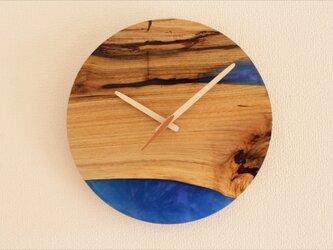 小さな世界が見えるかも? 直径30cm-03 木とレジンの掛け時計 River clockの画像
