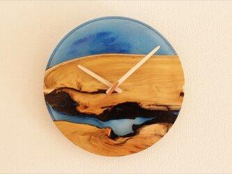 小さな世界が見えるかも? 直径30cm-04 木とレジンの掛け時計 River clockの画像