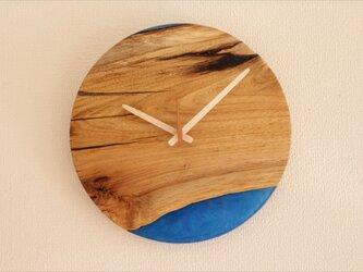 小さな世界が見えるかも? 直径30cm-05 木とレジンの掛け時計 River clockの画像