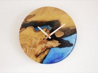 小さな世界が見えるかも? 直径30cm-06 木とレジンの掛け時計 River clockの画像