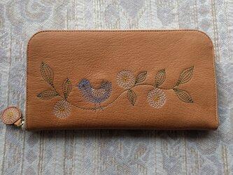 刺繍革財布『幸せの青い鳥』ソフトヤギ革(ラウンドファスナー型)ナチュラルオークル×ベージュの画像